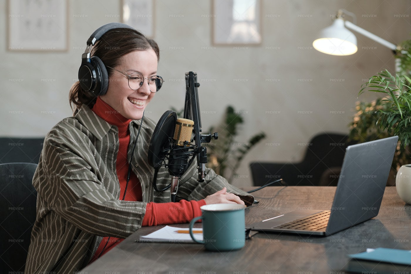 Reporter Working On Laptop: Stock Photos