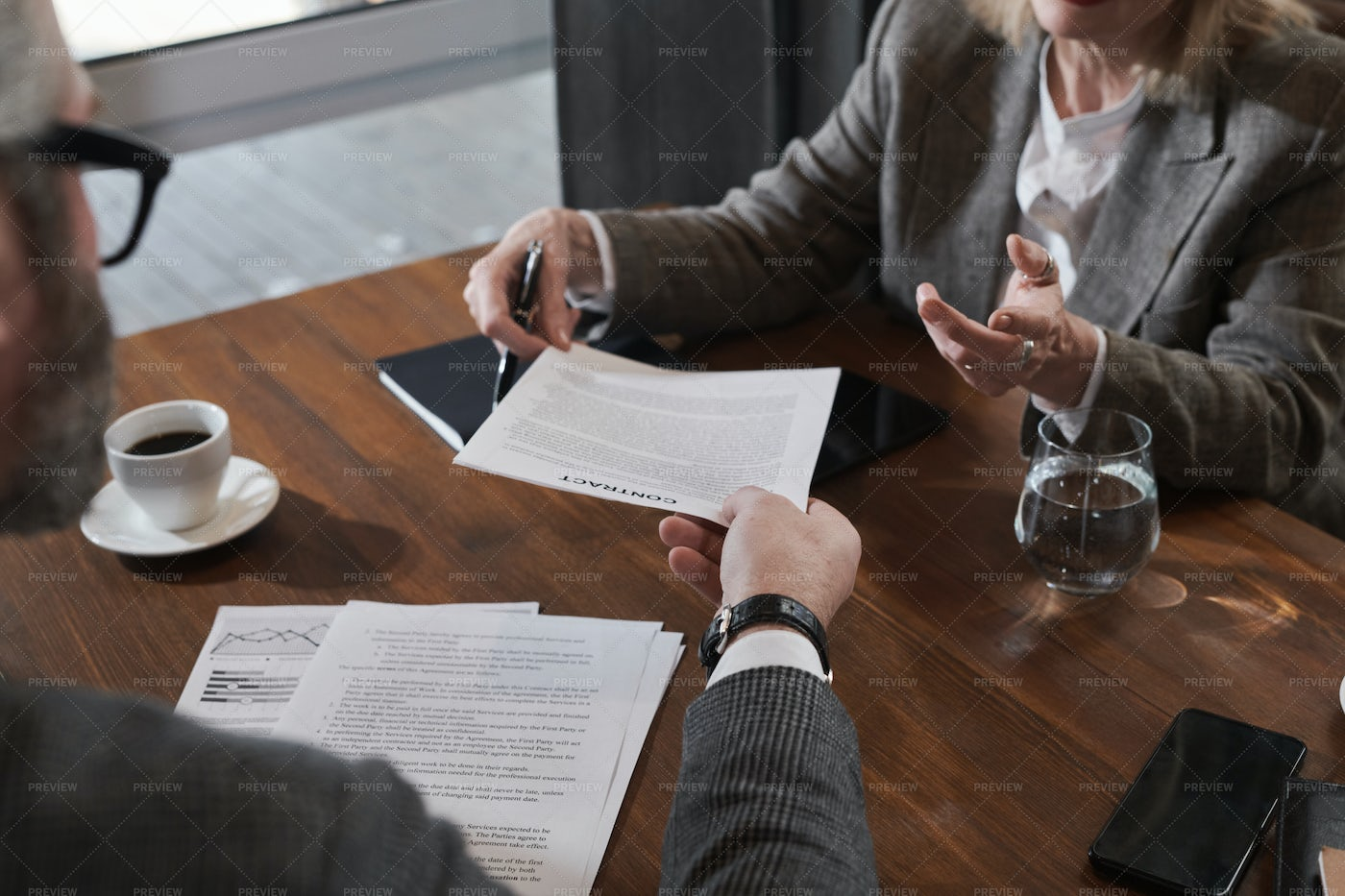 Signing Business Contract: Stock Photos