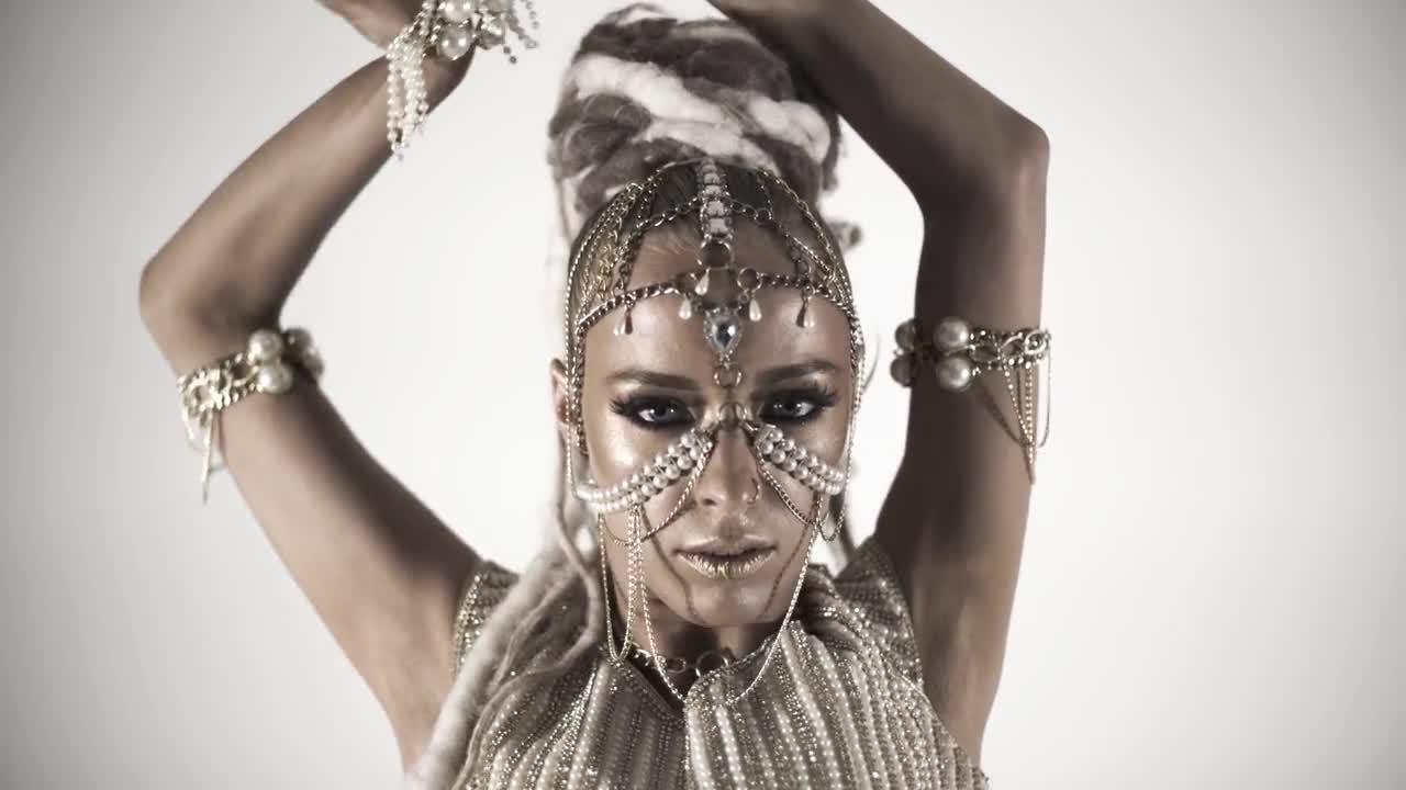 Beautiful exotic girl dancers foto