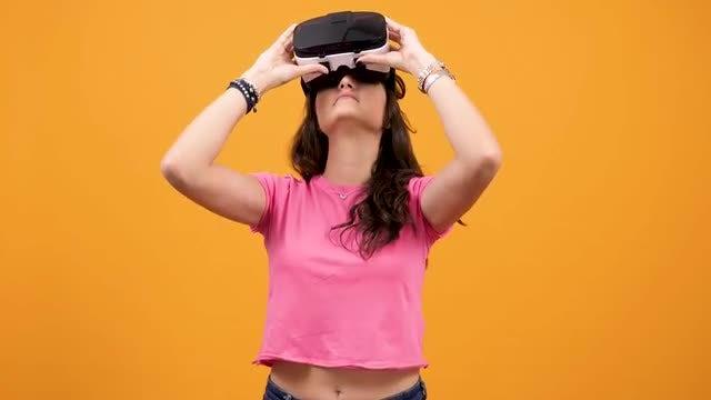 Enjoying Virtual Reality: Stock Video