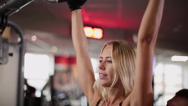 Woman Exercising On The Crossbar : Stock Video