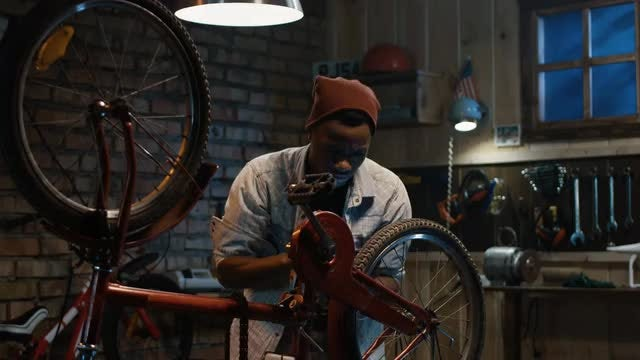 Bicycle Check Using Internet: Stock Video