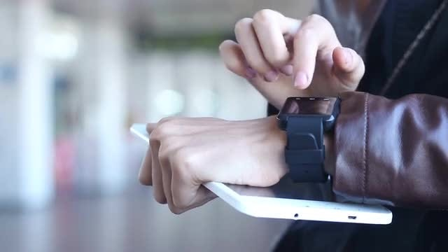 Using Smart Watch During Travel: Stock Video