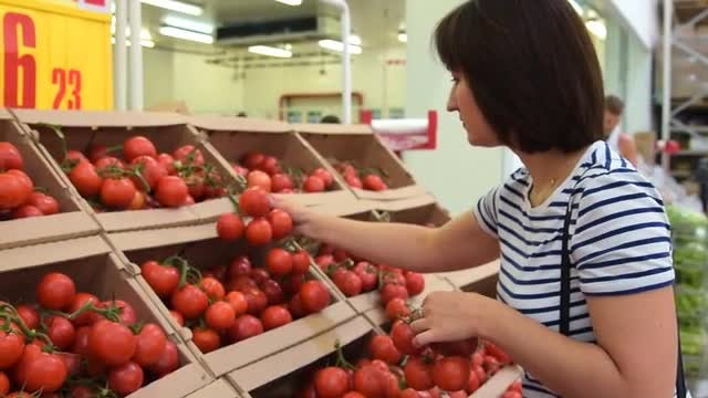 Woman Selecting Tomatoes In Store: Stock Video