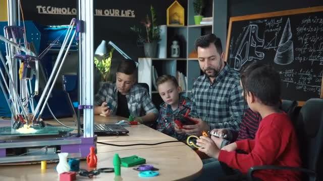 Teacher Explaining About 3D Printing: Stock Video