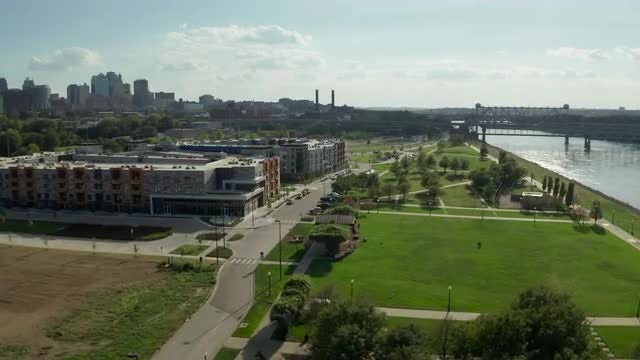 Riverfront Park Kansas City Skyline: Stock Video