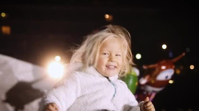 Little Girls Dancing On Dad's Shoulders: Stock Video