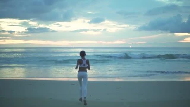 Girl Runs To Shore: Stock Video