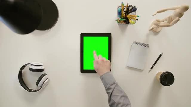 Finger Clicks On The Center: Stock Video