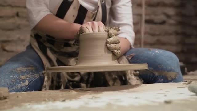 Potter Makes A Vase: Stock Video