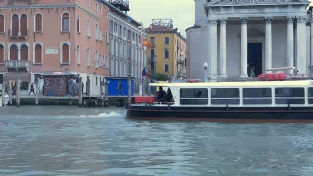 Cruising Through Venice: Stock Video