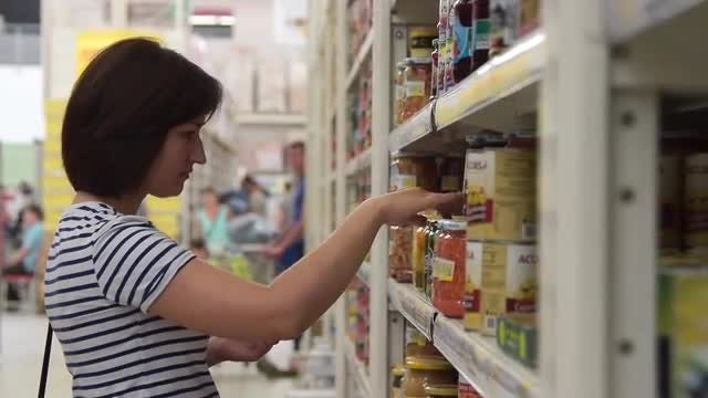Browsing Grocery Isle: Stock Video