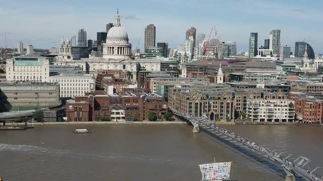 London Millennium Bridge: Stock Video