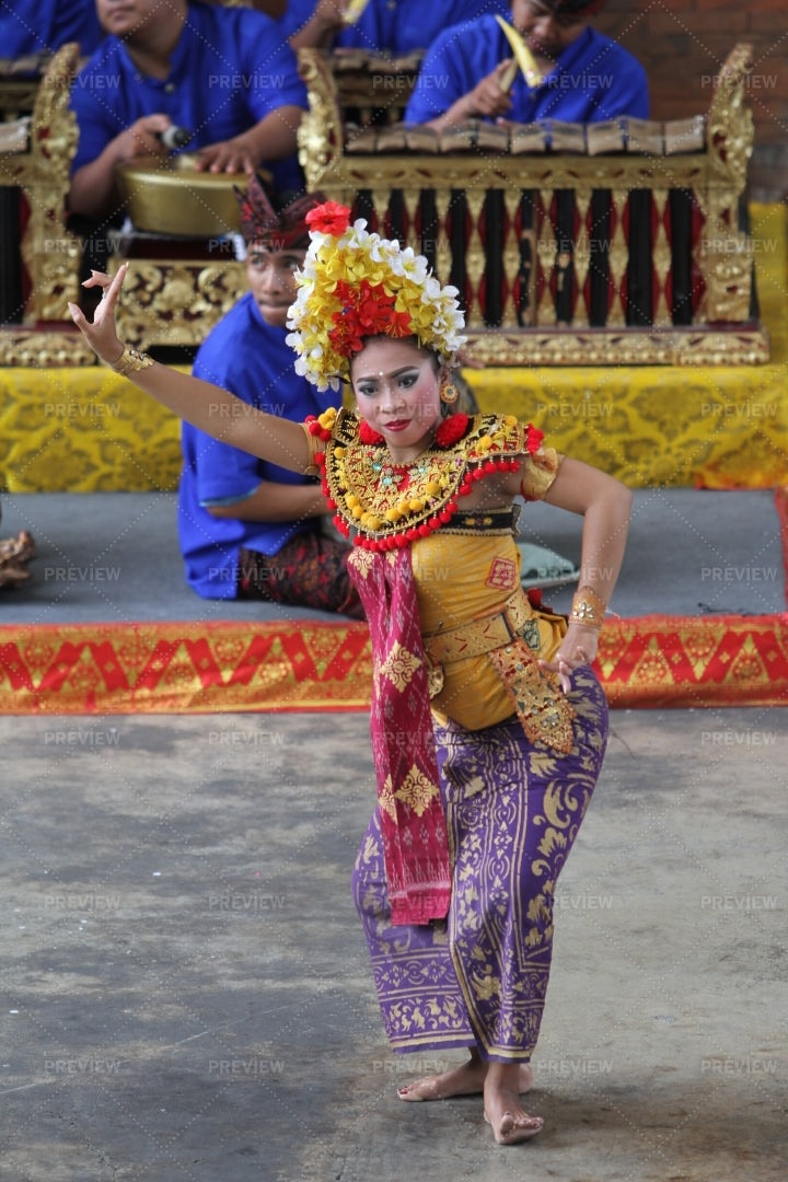 Traditional Dancer In Bali: Stock Photos
