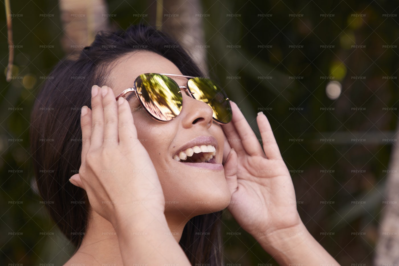 Cool girl in reflecting sunglasses: Stock Photos