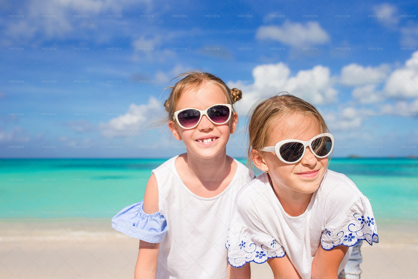 Sisters In Sunglasses: Stock Photos