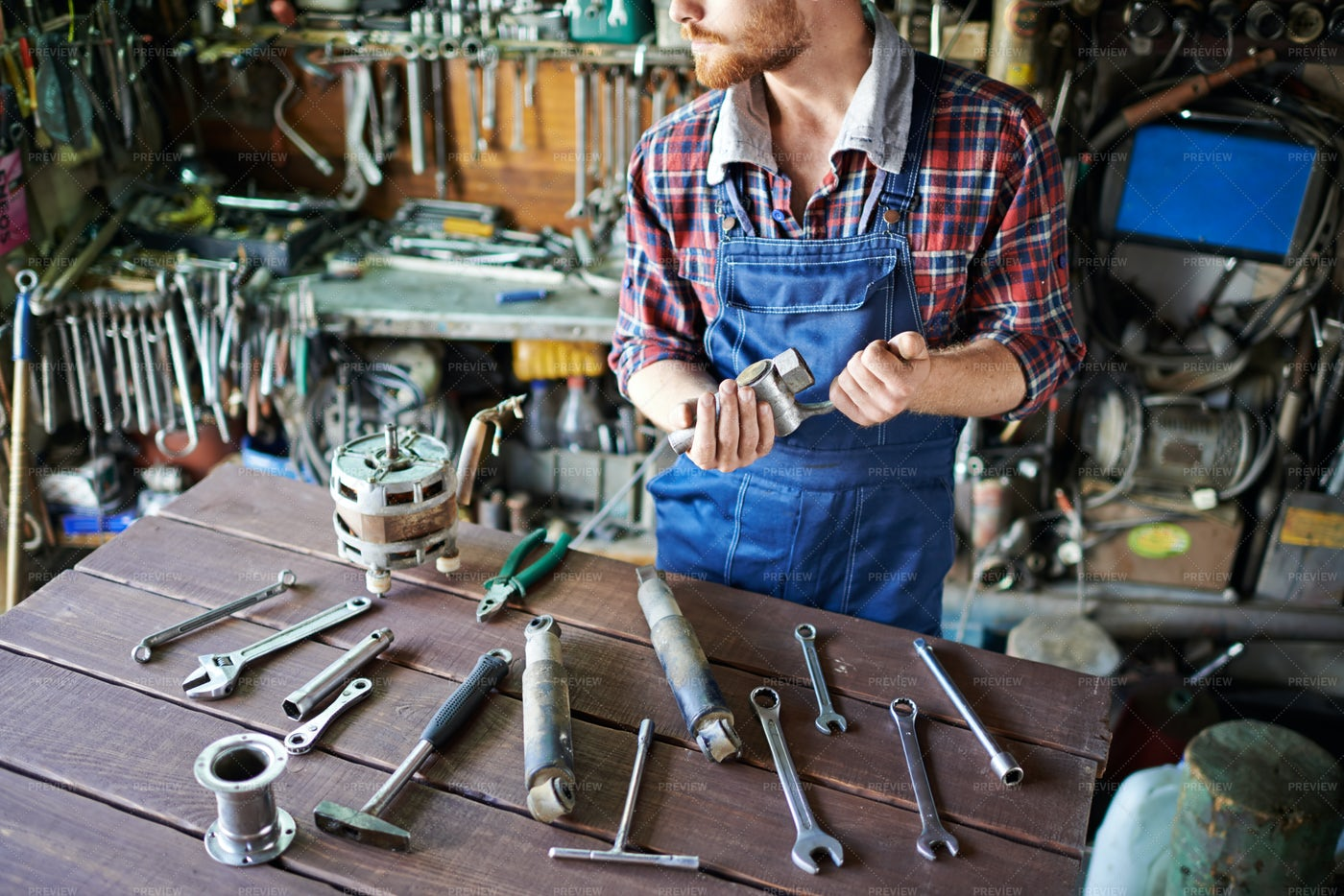 Auto Mechanic Preparing Working Tools: Stock Photos