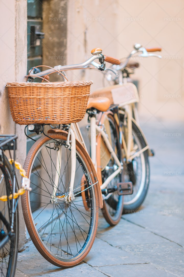 Vintage Bicycles Parked: Stock Photos