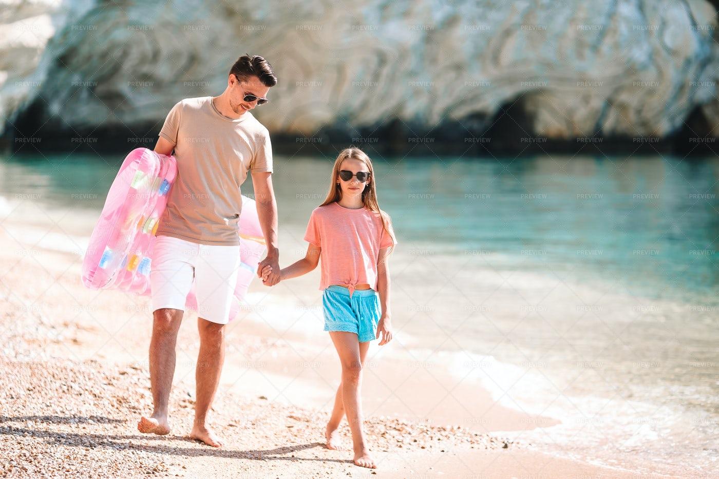 Little girl and happy dad having fun dur: Stock Photos