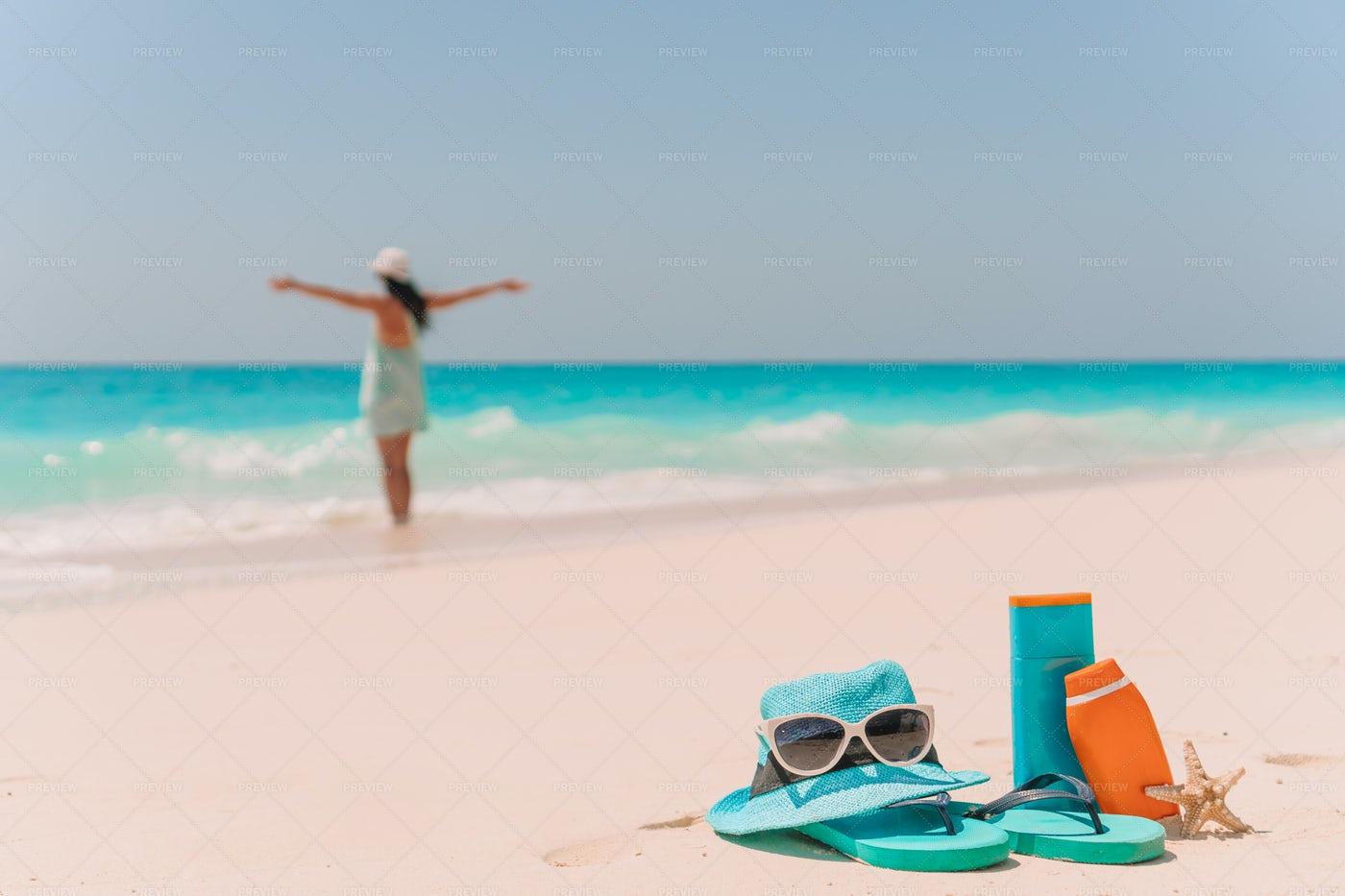 Suncream, hat, sunglasses and flip flop: Stock Photos