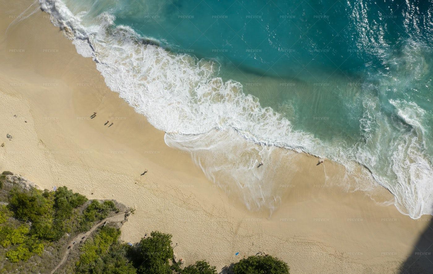 Big Waves At Kelingking Beach: Stock Photos