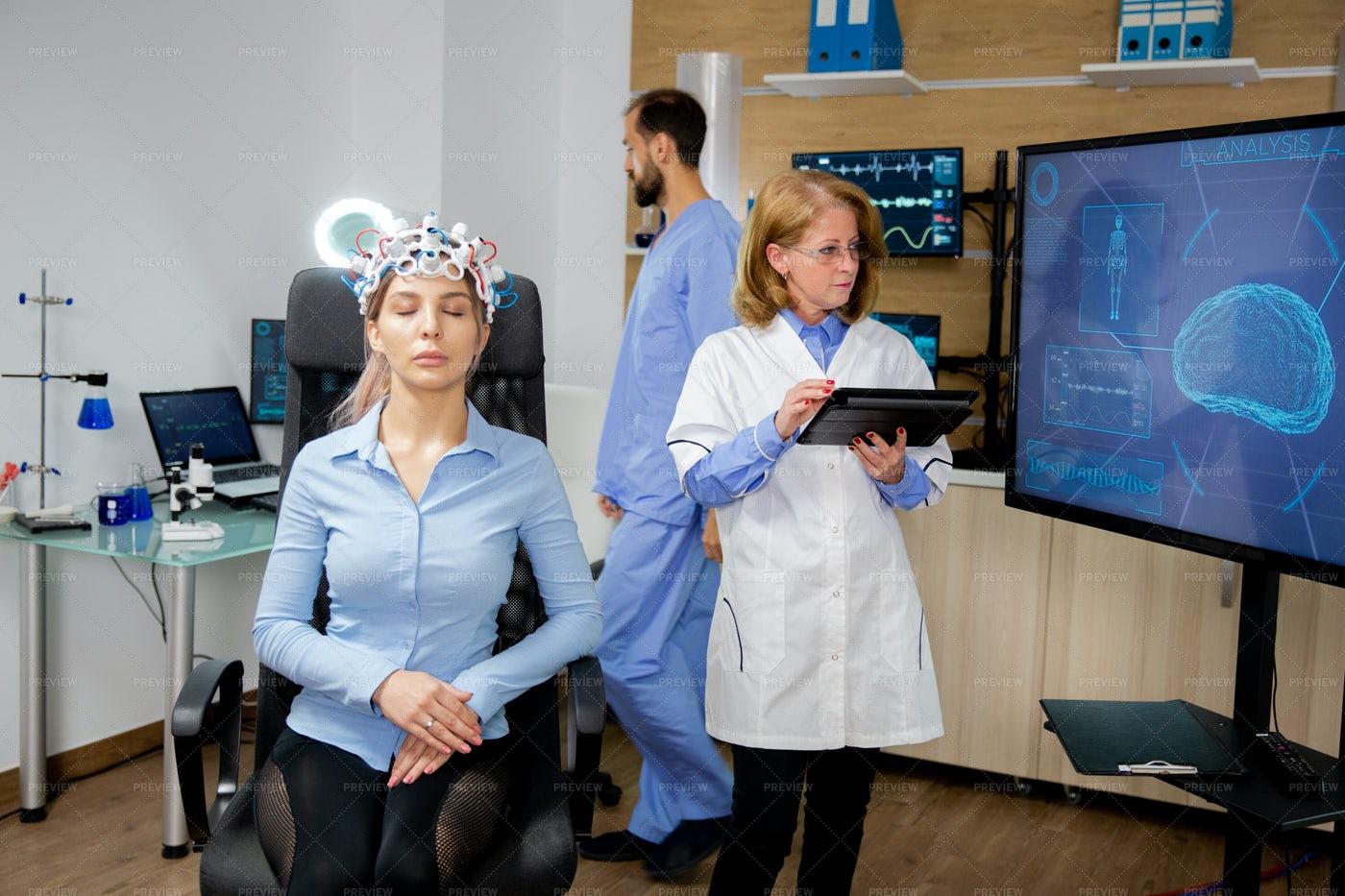 Doctor Procedure Of A Brain Scan: Stock Photos