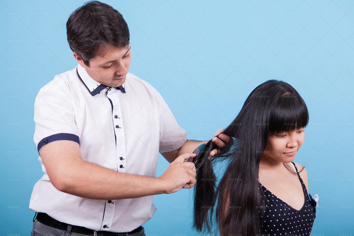 Man Brushing Girl´s Hair: Stock Photos