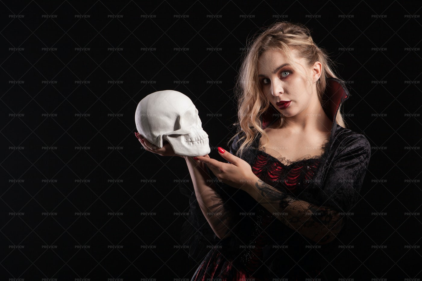 Vampiric Woman With Skull: Stock Photos