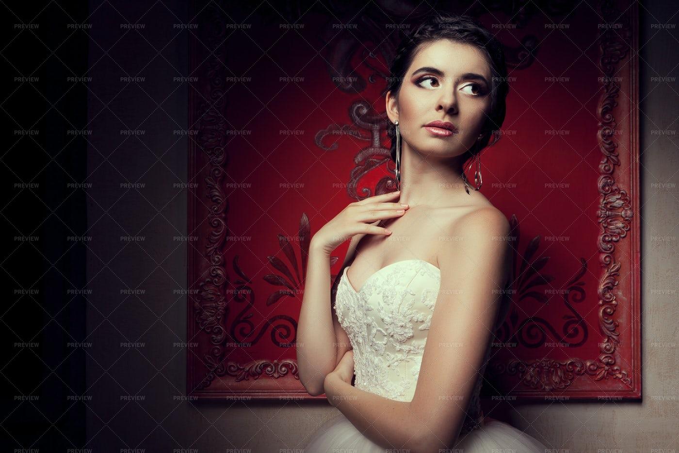 Bride In Strapless Wedding Dress: Stock Photos