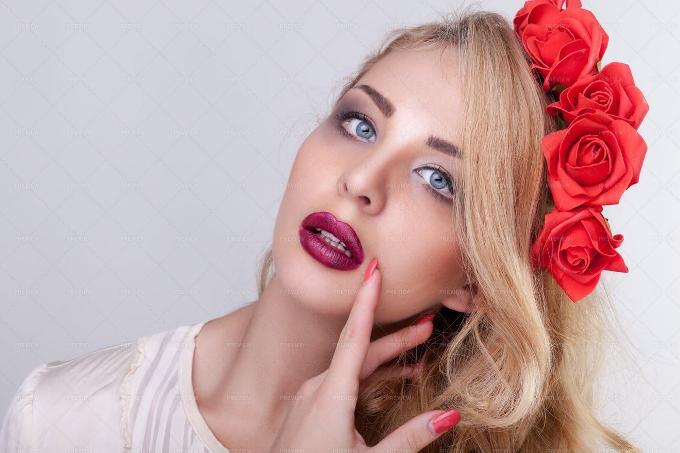 Fashionable Girl With Flower Crown: Stock Photos