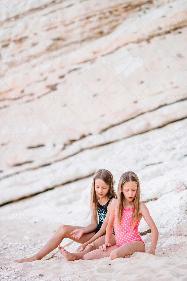 Sisters By The Cliffs: Stock Photos
