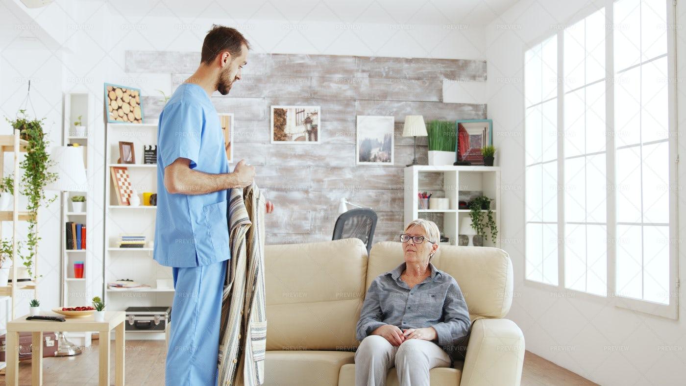 Nurse Talks With Senior: Stock Photos
