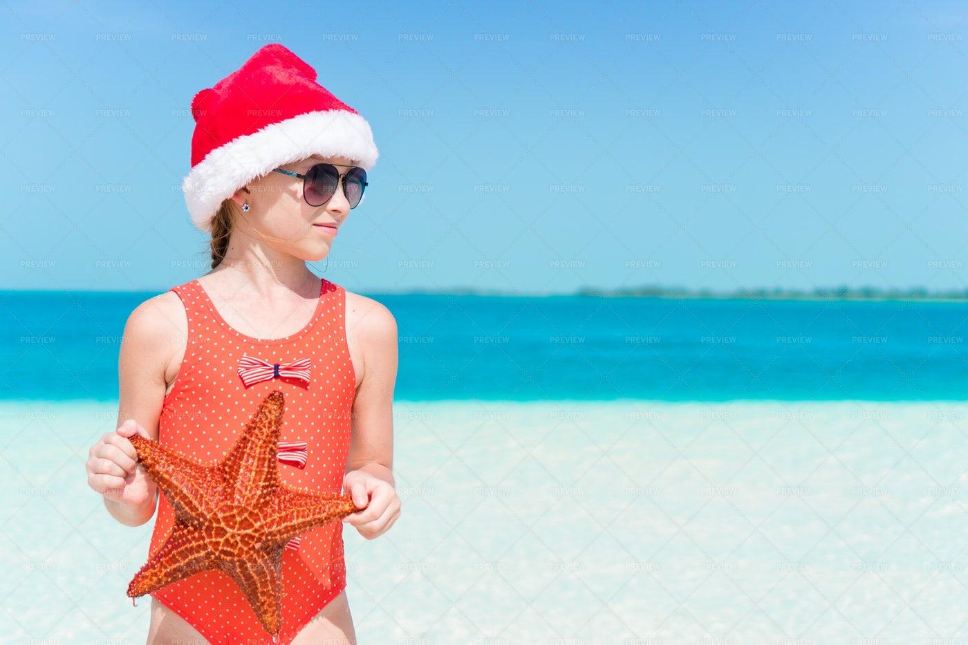Girl At The Beach In Santa´s Hat: Stock Photos