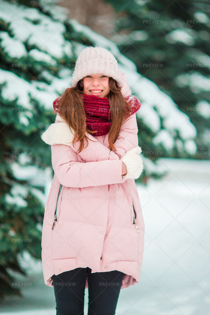 Happy Girl Enjoy Winter: Stock Photos