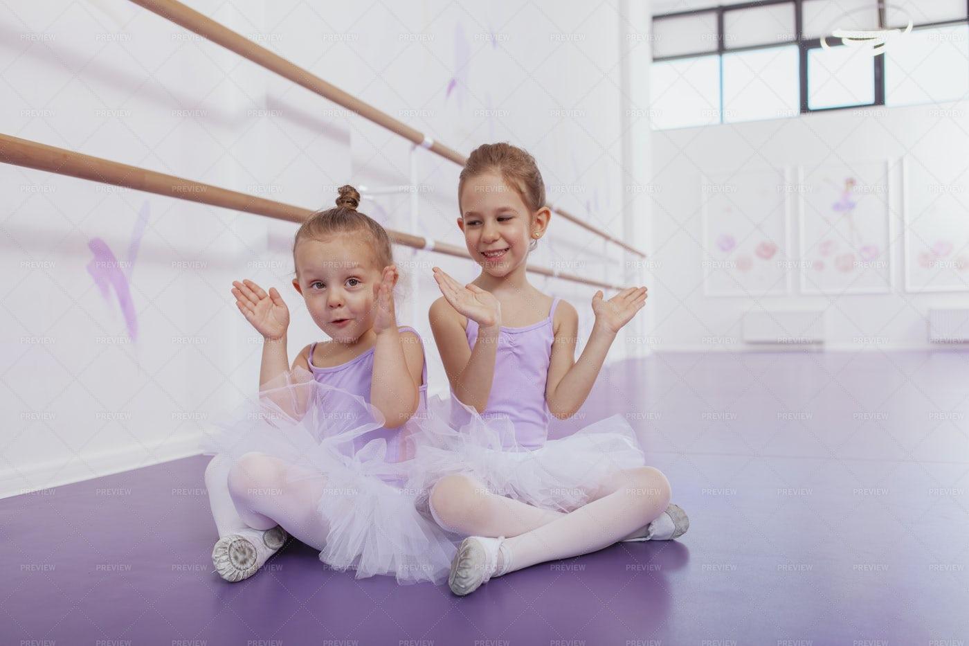 Clapping Ballerinas In The Studio: Stock Photos