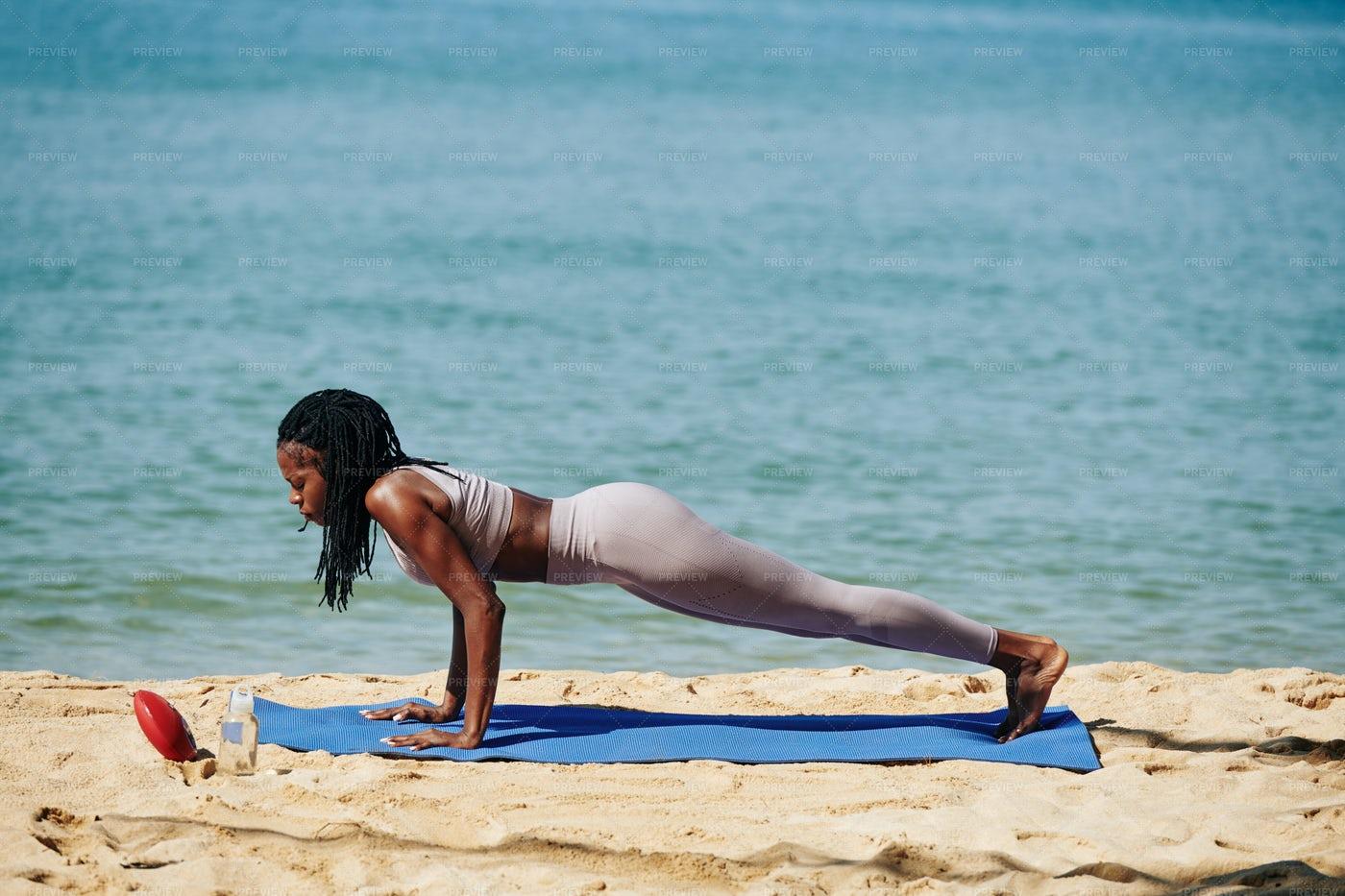 Sportswoman Doing Push-ups: Stock Photos