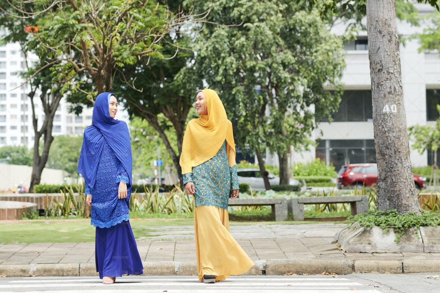Muslim Women Crossing Road: Stock Photos