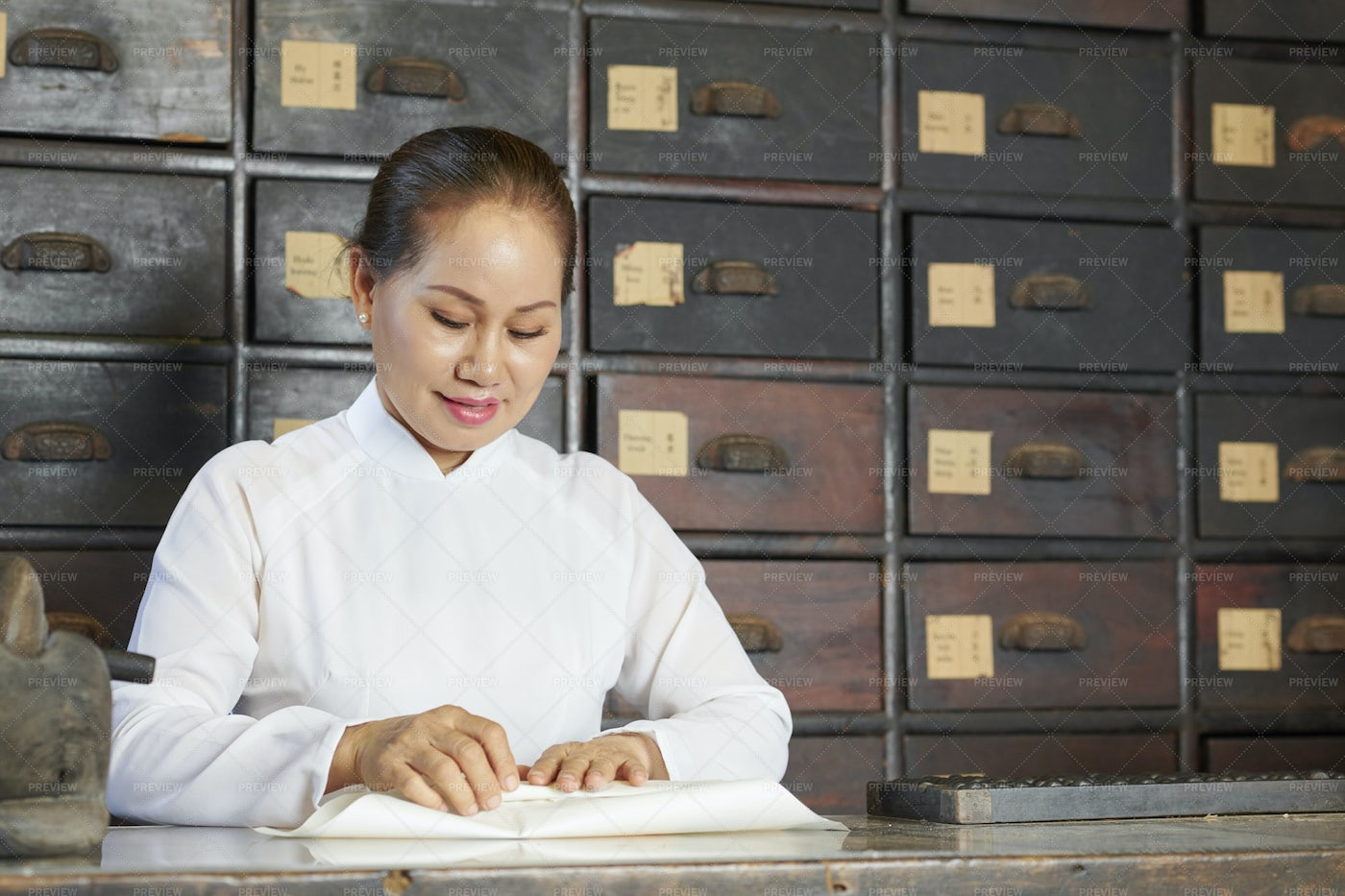 Chinese Medicine Practitioner Wrapping: Stock Photos