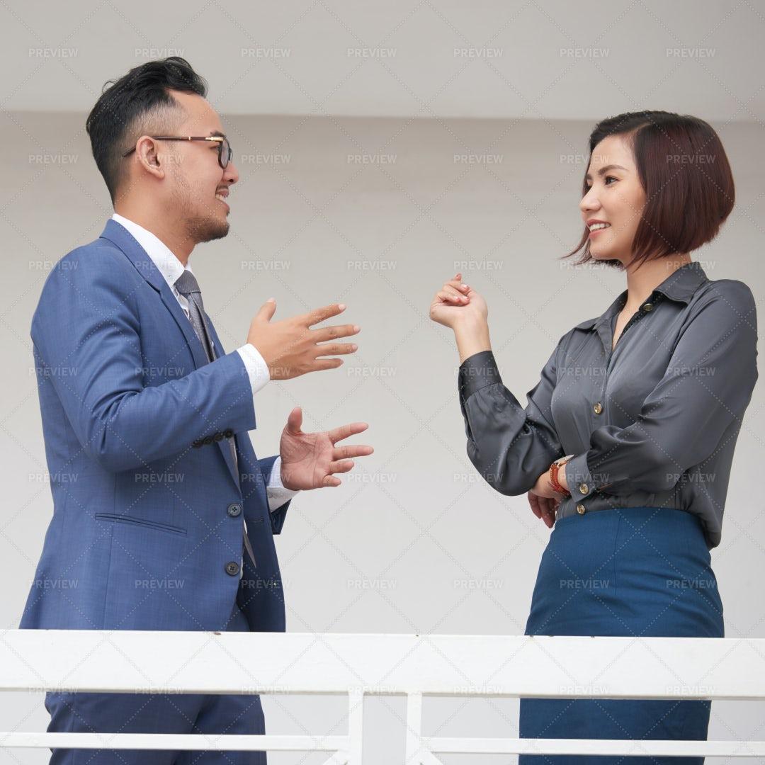 Business Couple Talking In The Corridor: Stock Photos
