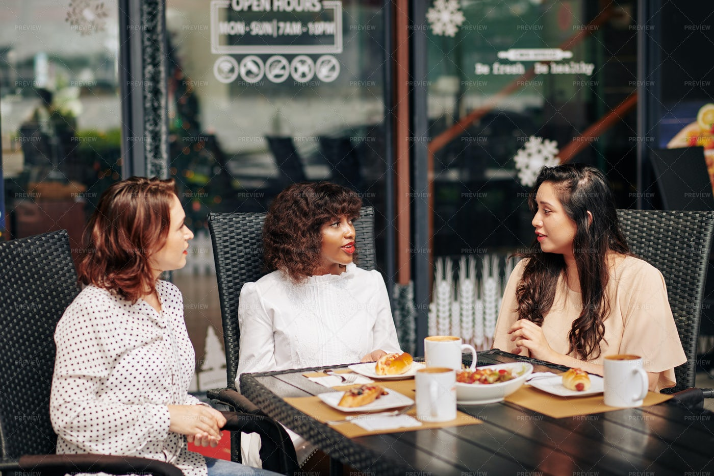 Female Friends Eating Lunch: Stock Photos