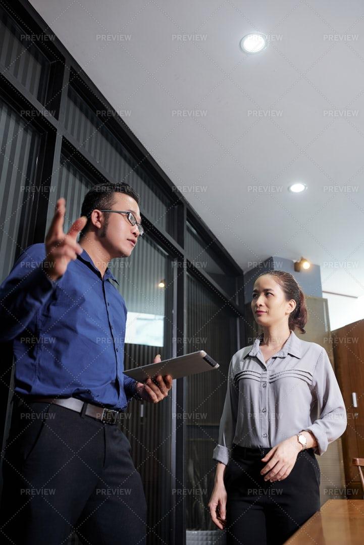 Busnesswomna Listening To Coworker: Stock Photos
