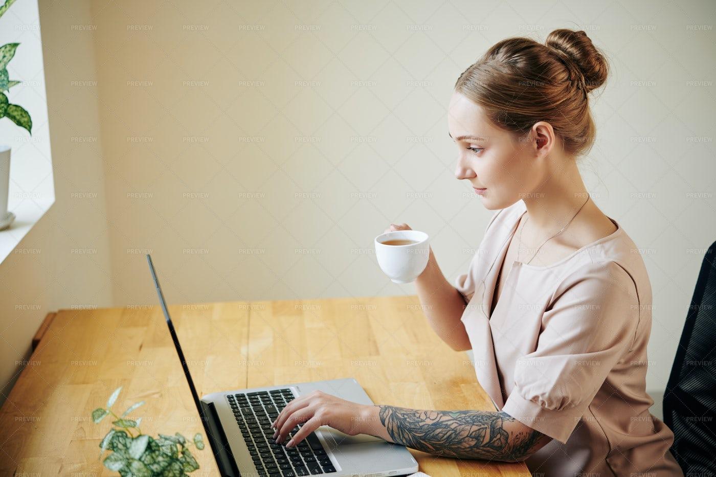 Woman Reading News Online: Stock Photos