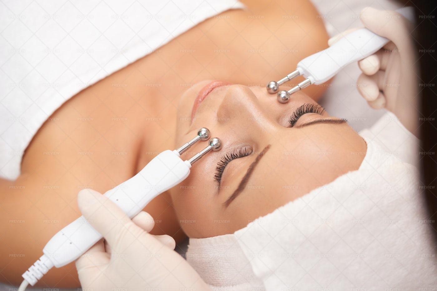 Drain Massage For Face: Stock Photos