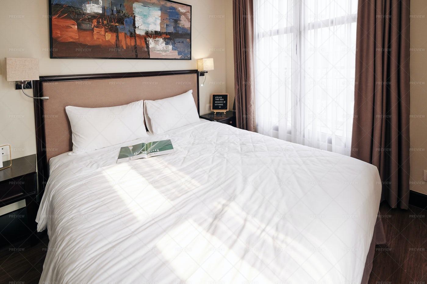 Queen Size Bed In Hotel Room: Stock Photos