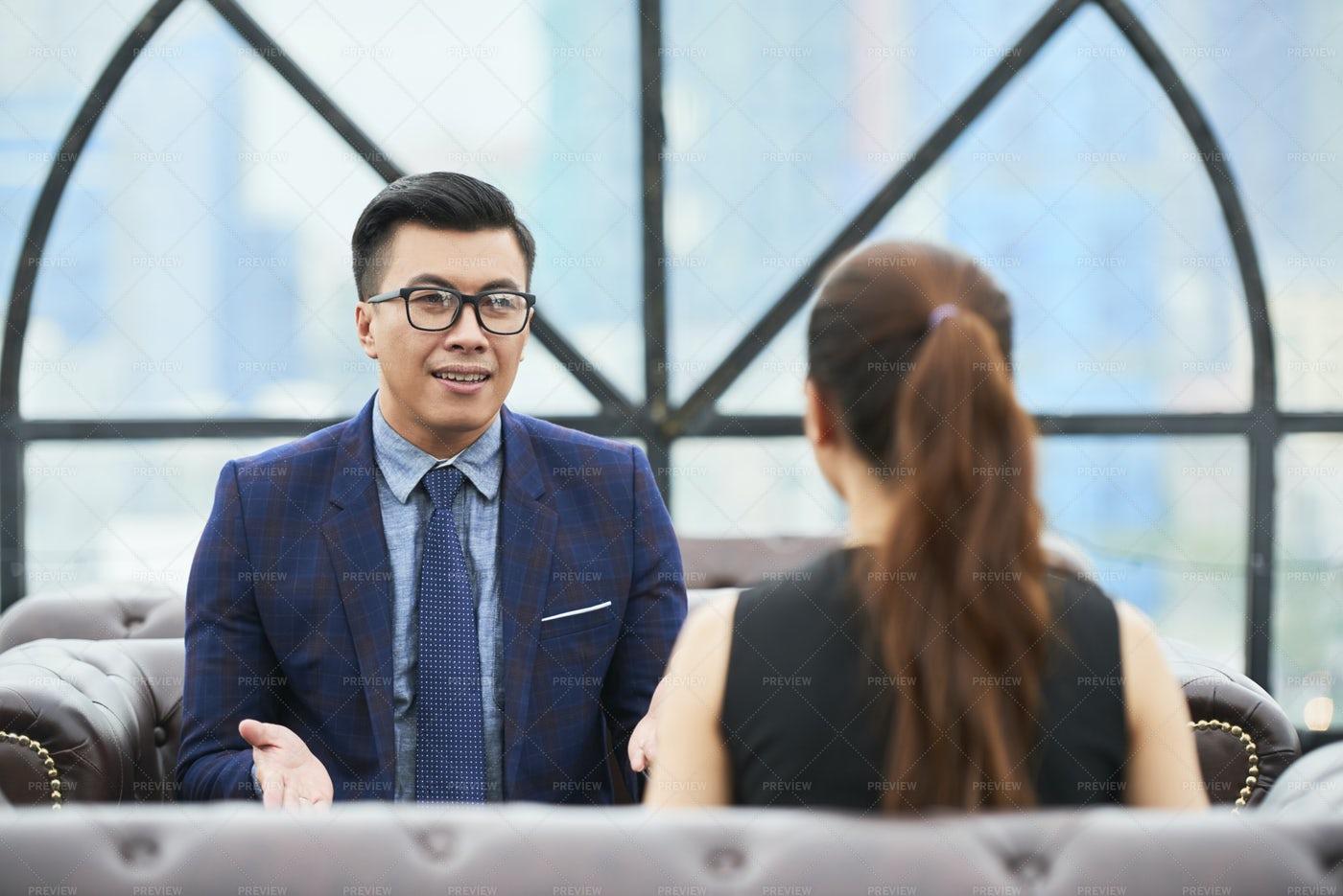 Businessman Talking To Female Colleague: Stock Photos