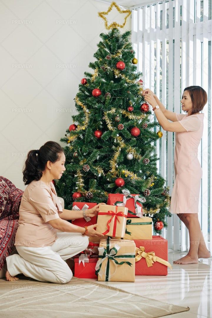 Family Preparing For Chrstmas: Stock Photos