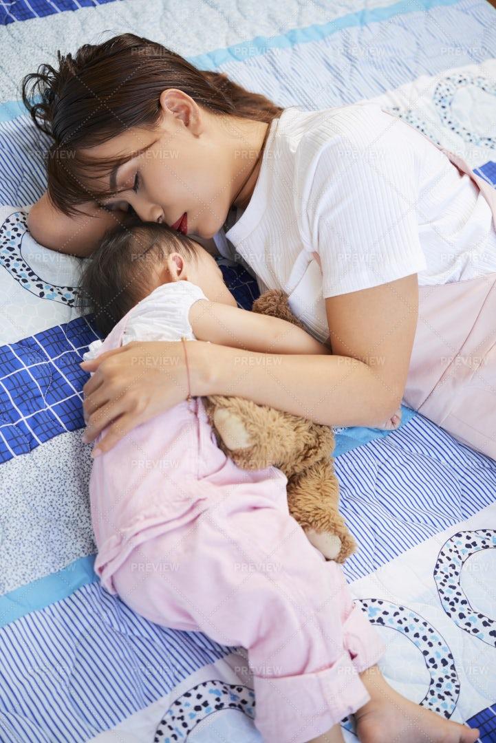 Young Mother And Daughter Felt Asleep: Stock Photos