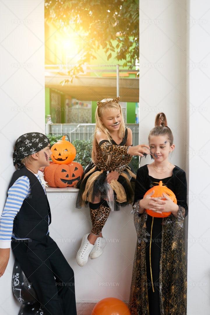 Kids Having Fun On Halloween: Stock Photos