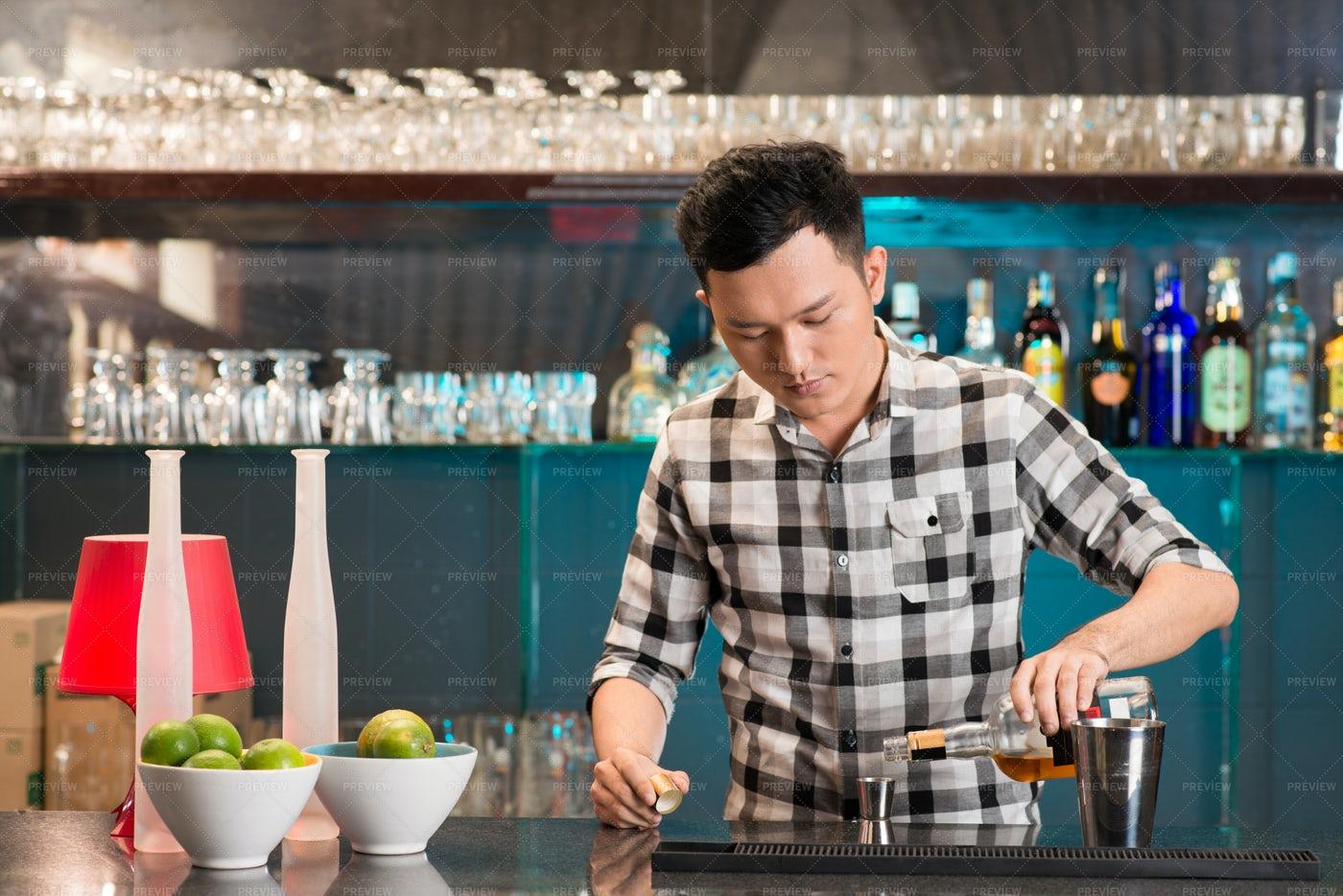 Preofessional Bartender: Stock Photos