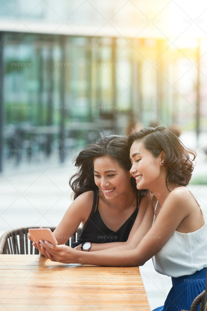 Girls With Smartphone: Stock Photos